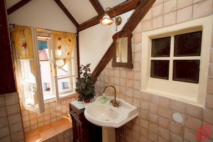 Illuminazione bagno rustico applique legno o ferro battuto - Lampadari da bagno ...