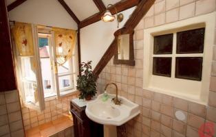 Arredamento rustico per casa taverna mansarda giardino - Lampadari per il bagno ...